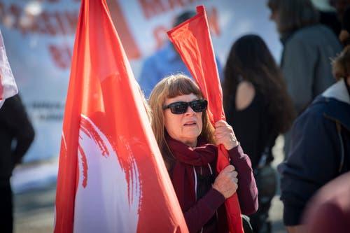 Mit Fahnen der Gewerkschaft Unia. (Bild: Urs Bucher - 1. Mai 2019)
