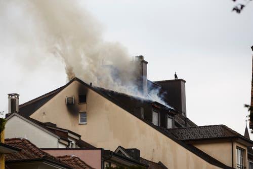 Es brennt im Dachstock des Hotels Schlüssel. (Bild: Jakob Ineichen, 2. Mai 2018)