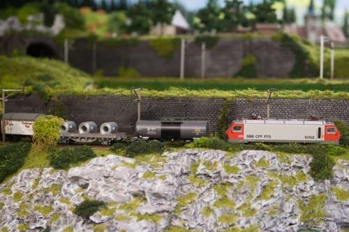 Die Züge schlängeln sich elegant durch die Landschaft im Miniaturformat. (Bild: Boris Bürgisser, Schenkon, 1. Mai 2019)