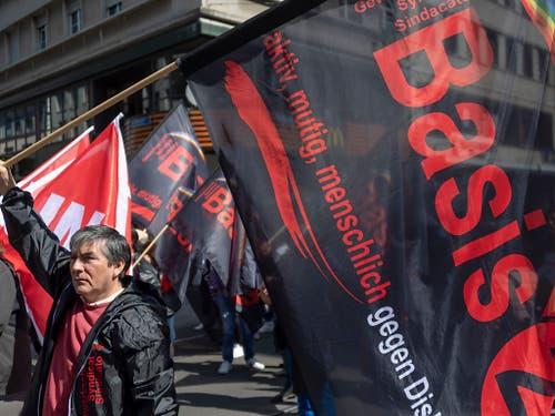 Die Oppositionsgruppe «Basis 21» nutzte die 1. Mai-Demonstration in Basel, um Kritik an der Unia-Leitung zu äussern. Rund 100 Personen schlossen sich der Gruppe an und stellten sich dem Demonstrationszug kurzzeitig in den Weg, um an der Mittleren Brücke ein Transparent zu befestigen. (Bild: KEYSTONE/GEORGIOS KEFALAS)
