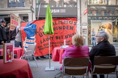 """Eine Gruppe junger Autonomer protestierte im 1.-Mai-Umzug gegen das HSG-Symposium. Das """"Little WEF"""" gehöre als Teil des Kapitalismus auf den Müllhaufen der Geschichte, hiess es auf ihrem Transparent. (Bild: Urs Bucher - 1. Mai 2019)"""
