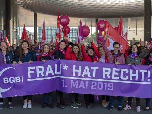 Der Tag der Arbeit wurde nämlich auch in den Dienst des Frauentags vom 16. Juni gestellt: So wurde etwa auch wie in Basel mit violetten Plakaten für den nationalen Frauenstreik mobilisiert. (Bild: KEYSTONE/GEORGIOS KEFALAS)
