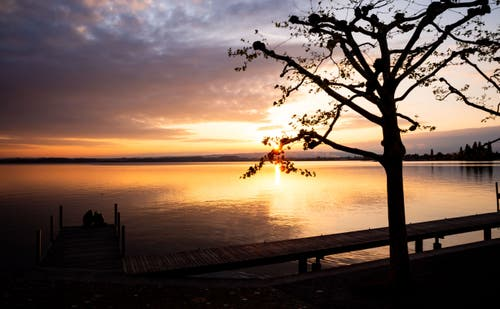 Der Sonnenuntergang über dem Zugersee (Bild: Daniel Hegglin, Zug, 30. April 2019)