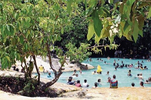 Zur Hochsaison gibt es kaum Platz im Emerald Pool in Krabi.