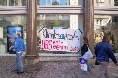Eine klare Schuldzuweisung der Juso am Schaufenster der UBS-Filale am Multertor. (Bild: Urs Bucher)