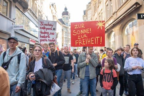 So gut gemischt wie in diesem Jahr war der 1.-Mai-Demonstrationszug in St.Gallen schon lange nicht mehr: Neben Frauen, einer starken kurdischen Delegation sowie Gewerkschaftsmitgliedern zogen auffällig viele junge Leute durch die Gassen der Innenstadt. (Bild: Urs Bucher - 1. Mai 2019)