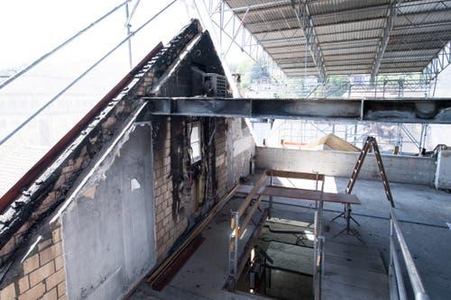 Der Dachstock wird von einem provisorischen Dach geschützt. (Bild: Boris Bürgisser, 1. Mai 2019)