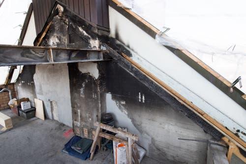 Verkohlte Holzbalken auf dem Dachstock. (Bild: Boris Bürgisser, 1. Mai 2019)