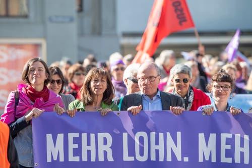 Die SP-Regierungsmitglieder Heidi Hanselmann (zweite von links) und Fredy Fässler liefen an der Spitze des 1.-Mai-Demonstrationszuges in St.Gallen mit. (Bild: Urs Bucher - 1. Mai 2019)