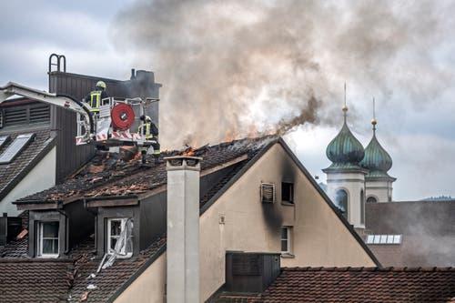 Die Feuerwehr versucht den Brand im Dachstock des Hotels Schlüssel zu löschen. (Bild: Pius Amrein, 2. Mai 2018)