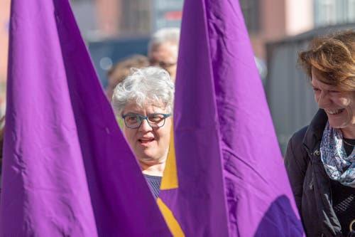 Das Violett als Farbe der Frauenbewegung dominierte die Spitze des Demonstrationszugs durch die St.Galler Innenstadt. (Bild: Urs Bucher - 1. Mai 2019)