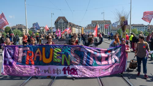 Ein Demonstrationszug bewegt sich durch Basel. (KEYSTONE/Georgios Kefalas)