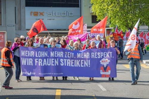 Die St.Galler 1.-Mai-Demo startet auf dem Blumenmarkt zum Umzug durch die Innenstadt. (Bild: Urs Bucher - 1. Mai 2019)
