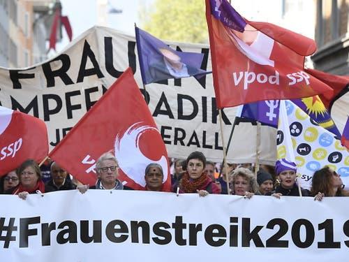 Auch in Zürich waren die Menschen mit vielen bunten Fahnen unterwegs. (Bild: KEYSTONE/ENNIO LEANZA)
