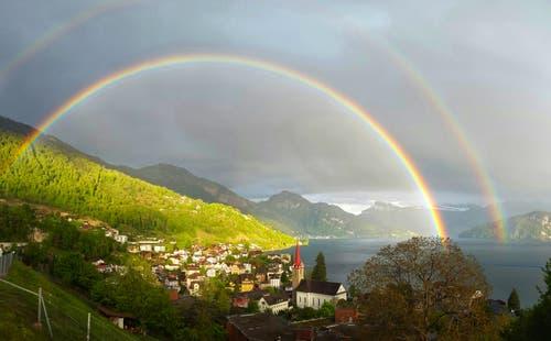 Regenbogen in unglaublichen Farben über Weggis. (Bild: Sabrina Wolfisberg, Weggis, 9. Mai 2019)