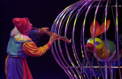 Der zauberhafte Clown Pierino führt bei der Premiere des neuen Programms des Zirkus Nock am Samstag, 10. März 2001 in Frick seine Nummer vor. (Bild: KEYSTONE/Dominik Pluess)