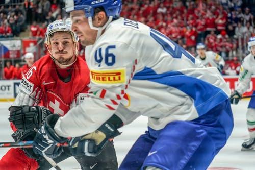 Noah Rod setzt zum Check gegen Italiens Ivan Deluca an. (Bild: Andy Mueller/freshfocus, Bratislava, 11. Mai 2019)