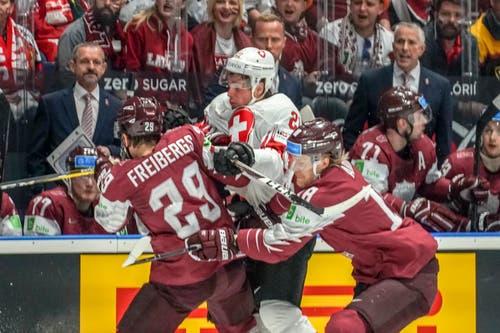 Man schenkt sich nichts: Hier wird der Schweizer Kevin Fiala in die lettische Zange genommen. Der Uzwiler steht bei den Minnesota Wild unter Vertrag. (Bild: Andy Müller/freshfocus, Bratislava, 12. Mai 2019)