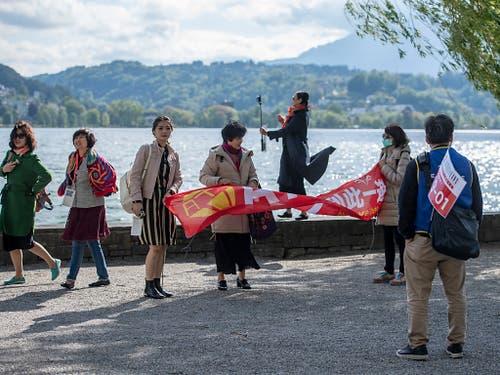 Die chinesischen Touristen posieren vor der idyllischen Kulisse. (Bild: KEYSTONE/URS FLUEELER)