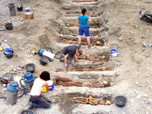 103 Gräber mit den Überresten verwahrter Personen wurden in Cazis in Mittelbünden ausgegraben. (Bild: Amt für Kultur GR)