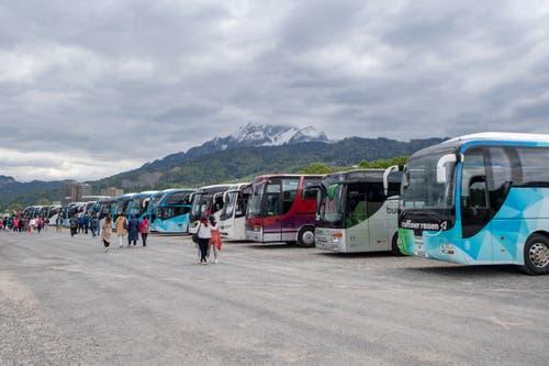 Die Cars der Reisegruppe wurden nach dem Ausladen der Besucher beim Inseli direkt auf der Allmend parkiert. Von dort aus fahren die Reisebusse dann wieder zurück nach Basel und Zürich, wo die Touristen übernachten. (Bild: Urs Flüeler / Keystone, Luzern, 13. Mai 2019)