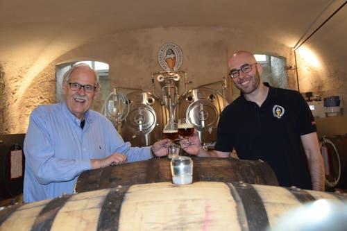 Prost: Martin Wartmann, Verwaltungsratsmitglied der Brauerei, zusammen mit einem der Braumeister.