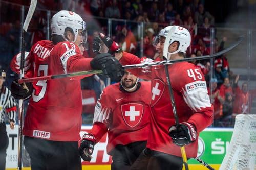 Pass von Nico Hischier (rechts), Kevin Fiala (links) trifft: 1:0 für die Schweiz. (Bild: Melanie Duchene / Keystone, Bratislava, 14. Mai 2019)