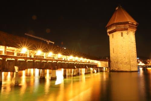 Auch in der Nacht zeigt sich unsere Kapellbrücke von ihrer schönsten Seite für unsere Touristen. (Bild: Xaver Husmann, Luzern, 14. Mai 2019)