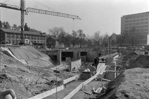 Die Baustelle für den Anschluss Kreuzbleiche mit links dem alten Zeughausmagazin und der Reithalle sowie rechts dem Bürohochhaus von Bischoff Textil.