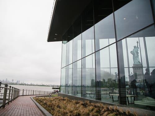 Das neue Museum für die Freiheitsstatue im Hafen von New York soll die Platzprobleme im Sockel der Statue lösen. Das einstöckige, verglaste Ausstellungsgebäude hat rund 100 Millionen Dollar gekostet und öffnet den zahlreichen Besuchern von «Lady Liberty» am Donnerstag seine Türen. (Bild: KEYSTONE/EPA/ALBA VIGARAY)