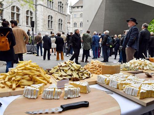 Der Bundesrat lädt zum Apéro: Das Käsebuffet im Innenhof des Landesmuseums. (Bild: KEYSTONE/WALTER BIERI)