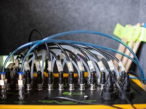 Im Lieferwagen leiten die Schläuche vom Feld die Gas-Emissionen in ein Messgerät, welches das schwere Stickstoff-Isotop N-15 misst. Der auf den Versuchsparzellen ausgebrachte Dünger enthielt N-15 statt des normalen N-14. So können Lachgas-Emission und Düngermenge ins Verhältnis gesetzt werden. (Bild: KEYSTONE/ENNIO LEANZA)