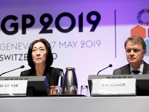 Mami Mizutori (links), Uno-Sonderbeauftragte des Generalsekretärs für Katastrophenvorsorge. erklärte in Genf, die Verdoppelung extremer Wettersituationen innert zwanzig Jahren mache eine neue Herangehensweise notwendig. Die Schweizer Delegation wird von Deza-Chef Manuel Sager (rechts) angeführt. (Bild: KEYSTONE/SALVATORE DI NOLFI)