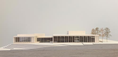 Auf dem Modellfoto ist der Neubau an der Martinsbruggstrasse (rechts) gut erkennbar. Ebenso das neue Aussenschwimmbecken (Mitte). Das bestehende Gebäude (links) bleibt erhalten. (Quelle: Architekturbüro Andy Senn)