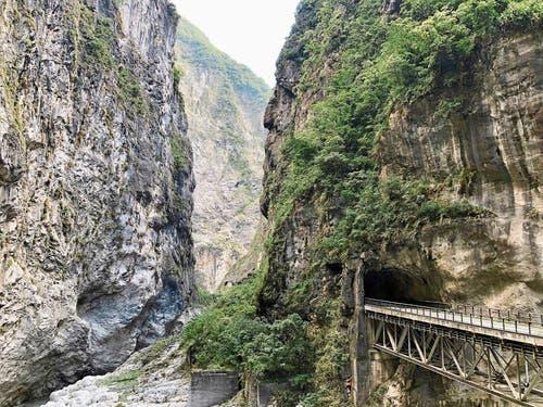 Schmale Strassen, steile Felswände und Wasserfälle: Die Taroko-Schlucht ist 19 Kilometer lang. (Bild: Bilder: Dominik Buholzer)