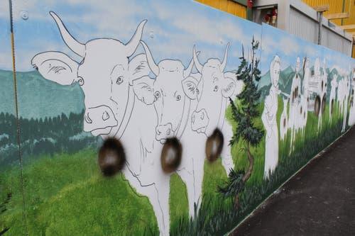 Der Fantasie der Künstler sind praktisch keine Grenzen gesetzt. Eine Bedingung gibt es jedoch: Die Werke sollten einen Bezug zur Gemeinde, zur Natur oder zum Seniorenzentrum haben. Anzügliches, Politisches oder gar Rassistisches findet auf der Wand keinen Platz.