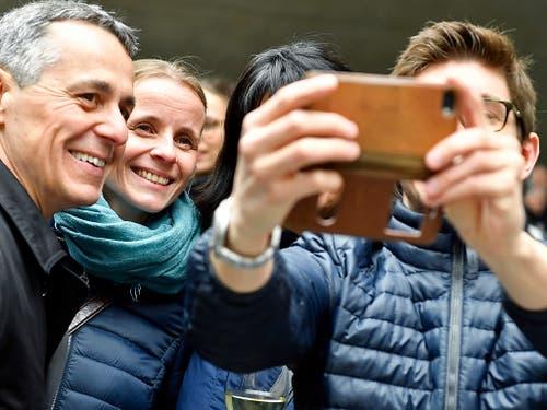Die Landesregierung mischt sich unters Volk: Bundesrat Ignazio Cassis (FDP) posiert für ein Selfie. (Bild: KEYSTONE/WALTER BIERI)