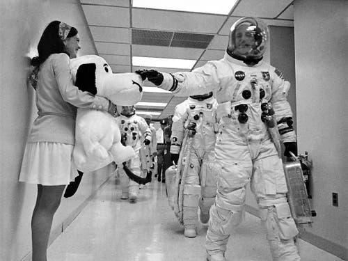 Als die Crew der Apollo 10-Mission auf dem Weg zum Launch Complex 39B entlang eines Korridors ging, klopfte Kommandant Thomas Stafford auf die Nase von Snoopy, dem Maskottchen der Mission, nach dem auch die Landefähre benannt war. (KEYSTONE/NASA) (Bild: KEYSTONE/NASA/STR)
