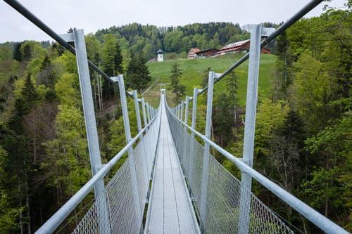 Die Hängebrücke verbindet Grub AR mit Grub SG. (Bild: Claudio Weder)