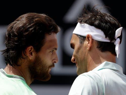 Sousa gratuliert Federer nach 80 Minuten zum Sieg in der 2. Runde (Bild: KEYSTONE/AP/GREGORIO BORGIA)
