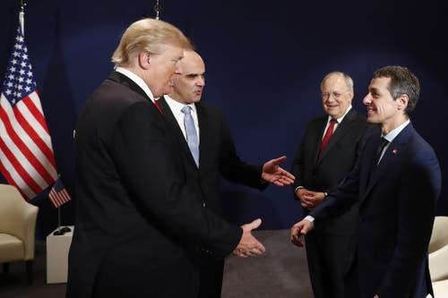 Donald Trump und Alain Berset am WEF in Davos 2018. Sie gebrüssen Johann Schneider-Ammann und Ignazio Cassis. (Bild: KEY)