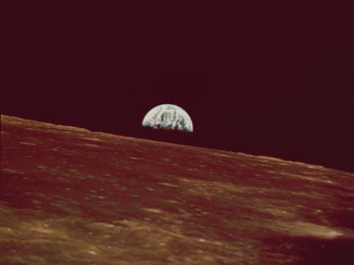 Am 21. Mai 1969 erreichte Apollo 10 den Mondorbit. Vom Apollo-Raumschiff aus konnten die Astronauten den Erdaufgang über dem Mondhorizont beobachten. (Bild: KEYSTONE/AP NY/NASA)