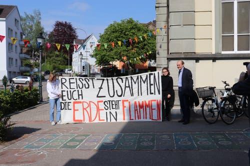 Guido Wick begrüsst die Demonstrantinnen vor der Parlamentssitzung. (Bilder: Dinah Hauser)