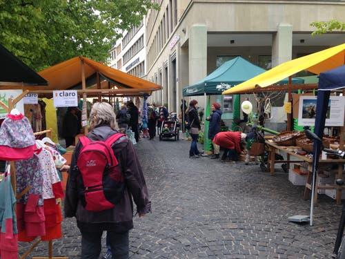 Kleider, Lebensmittel und die Angebote der Waldkinder St.Gallen einträchtig am Ökonmarkt nebeneinander.
