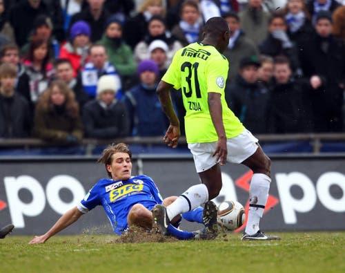 Scheut sich nicht vor etwas Dreck: Claudio Lustenberger (links) gegen Basels Jacques Zoua Daogari. (Bild: Philipp Schmidli, 14. März 2010