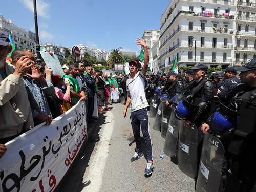 Die Polizei versuchte am Freitag zunächst, den Demonstranten in Algier den Zugang zum zentralen Platz an der Hauptpost zu versperren. Als die Zahl der Menschen jedoch immer weiter zunahm, gaben die Sicherheitskräfte den Weg frei. (Bild: KEYSTONE/EPA/MOHAMED MESSARA)