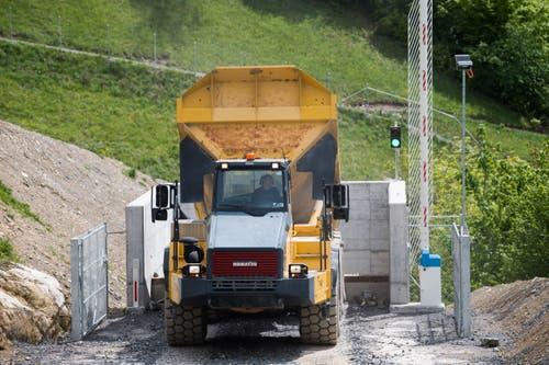 Der Dumper kippt das Gesteinsmaterial im Oberzingel in den 140 Meter tiefen Fallschacht. (Bild: Eveline Beerkircher, Kehrsiten, 15. Mai 2019)