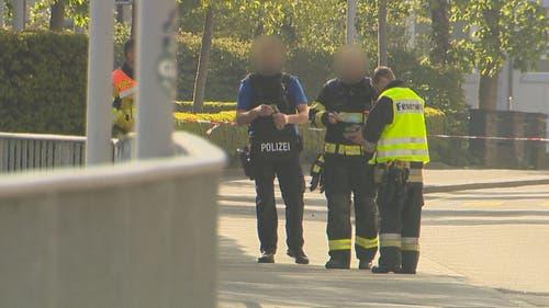 Neben der Kantonspolizei steht auch die Feuerwehr im Einsatz. (Bild: BRK News)