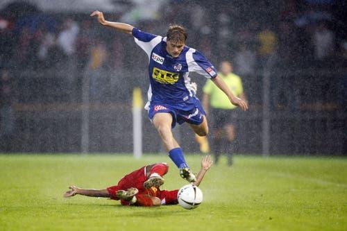Claudio Lustenberger (oben) überläuft Alvaro Dominguez beim 1:1 gegen Sion. (Bild: Philipp Schmidli, 3. September 2007)