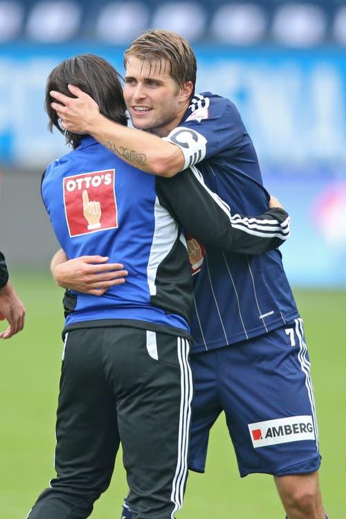 Claudio Lustenberger (rechts) umarmt Jahmir Hyka bei der Begegnung gegen den FC Thun. (Bild: Philipp Schmidli, 30. September 2019)